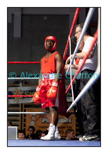 Samedi 7 avril 2012: traditionnel meeting de boxe organisé à Palézieux par le Boxing-Club de Châtel-St-Denis.<br /> Ici, Tcharles Per Mendes, BC Octodure (rouge), avant son match contre Nicola Bigotta, BC Locarno (bleu).
