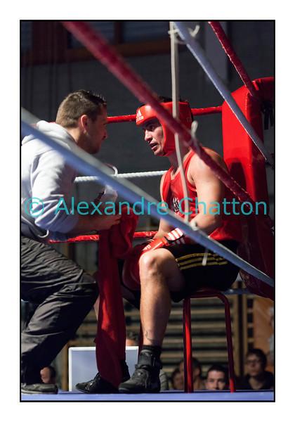 Samedi 7 avril 2012: traditionnel meeting de boxe organisé à Palézieux par le Boxing-Club de Châtel-St-Denis.<br /> Bojan Todosjevic, BC Châtel-Saint-Denis (rouge), dans son coin après avoir été touché par Robert Barbezat, BC Martigny, et après avoir mis un genou au tapis. Son coin jettera l'éponge à l'appel de la 3e reprise.