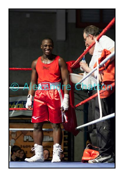 Samedi 7 avril 2012: traditionnel meeting de boxe organisé à Palézieux par le Boxing-Club de Châtel-St-Denis.<br /> <br /> Ici, Tcharles Per Mendes, BC Octodure (rouge) dans son coin après sa victoire sur  Nicola Bigotta, BC Locarno.