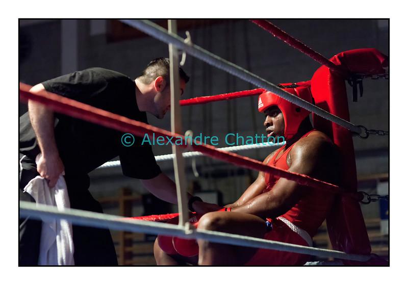 Samedi 7 avril 2012: traditionnel meeting de boxe organisé à Palézieux par le Boxing-Club de Châtel-St-Denis.<br /> Evariste Djodji, BC Villars-sur-Glâne (rouge), dans son coin au cours du match contre Seid Dzemaili, BC Zurich (bleu).