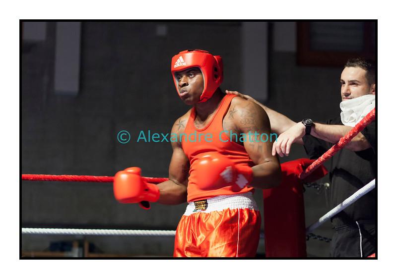 Samedi 7 avril 2012: traditionnel meeting de boxe organisé à Palézieux par le Boxing-Club de Châtel-St-Denis.<br /> Evariste Djodji, BC Villars-sur-Glâne (rouge), avant son match contre Seid Dzemaili, BC Zurich (bleu).