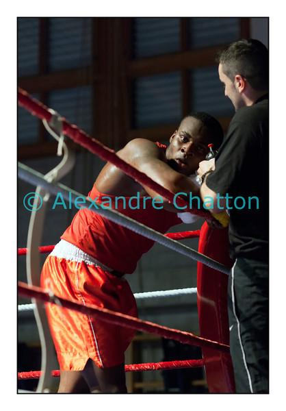 Samedi 7 avril 2012: traditionnel meeting de boxe organisé à Palézieux par le Boxing-Club de Châtel-St-Denis.<br /> Evariste Djodji, BC Villars-sur-Glâne, exténué à l'issue de son match (perdu) contre le Zurichois Seid Dzemaili.