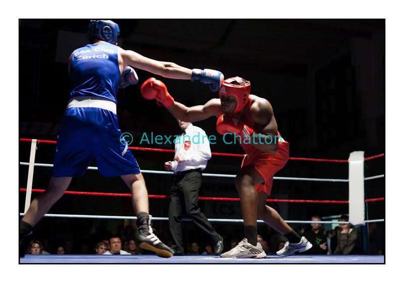 Samedi 7 avril 2012: traditionnel meeting de boxe organisé à Palézieux par le Boxing-Club de Châtel-St-Denis.<br /> Evariste Djodji, BC Villars-sur-Glâne (rouge), contre Seid Dzemaili, BC Zurich (bleu).