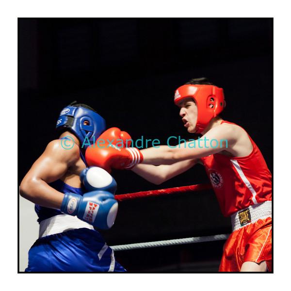 Samedi 7 avril 2012: traditionnel meeting de boxe organisé à Palézieux par le Boxing-Club de Châtel-St-Denis.<br /> Ici, Nicolas Eienberger (rouge), BC Châtel-St-Denis, contre Anguel Roque, BC Zurich (bleu).