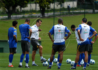 Brazilian soccer coach Dunga, center, talks with players of Brazilian soccer team during a training session, Teresopolis, Rio de Janeiro, Brazil, March 27, 2009. Brazil will face Ecuador in a World Cup South Africa 2010 qualifying soccer match on March 29 in Quito. (Austral Foto/Renzo Gostoli)
