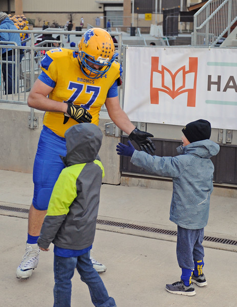 Blayne Baker slaps hands with a pair of young Sheridan fans before the 4A state championship on Saturday, Nov. 11 at War Memorial Stadium. Mike Pruden | The Sheridan Press