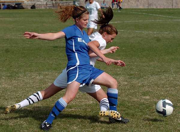 Caleigh Davis, left, of Broomfield, and Morgan Donohoe of Niwot, battle for the ball on Thursday.<br /> <br /> Cliff Grassmick / April 15, 2010