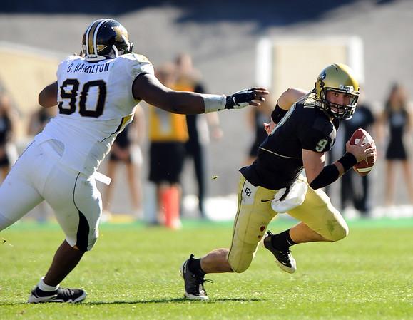 CU QB Tyler Hansen avoids the rush of Dominique Hamilton of Missouri on Saturday.<br /> Cliff Grassmick / October 31, 2009