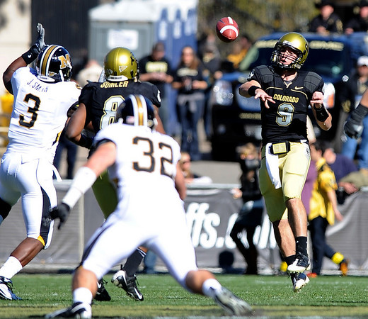 CU QB Tyler Hansen throws a dump off pass to Demetrius Sumler against Missouri on Saturday.<br /> Cliff Grassmick / October 31, 2009