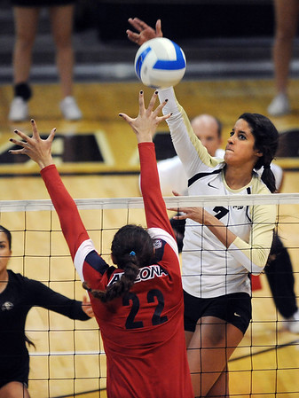 """Neira Ortiz Ruiz of CU, hits past Shaquillah Torres of Arizona on Sunday.<br /> For more photos of the game, go to  <a href=""""http://www.dailycamera.com"""">http://www.dailycamera.com</a>.<br /> Cliff Grassmick / October 14, 2012"""