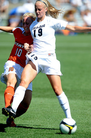 Amanda Robinson, left, of OSU and Lauren Shaner of CU,  battle for control on Saturday.<br /> Cliff Grassmick / August 22, 2009