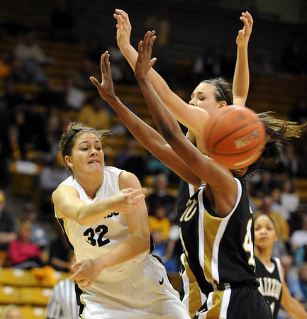Kelly Jo Mullaney off CU passes around two Missouri defenders on Saturday.<br /> Cliff Grassmick / January 9, 2010