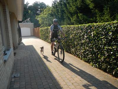 Patrick op zijn nieuwe fiets en Jefke volgt.