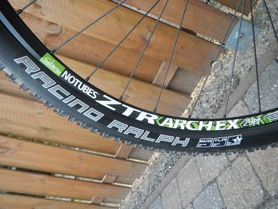 Velgen: Stan's ZTR Arch 29'er, 32 hole Banden: Schwalbe RACING RALPH, 29x2.1 EVO, FOLDING Spaken: DT Swiss Super Comp