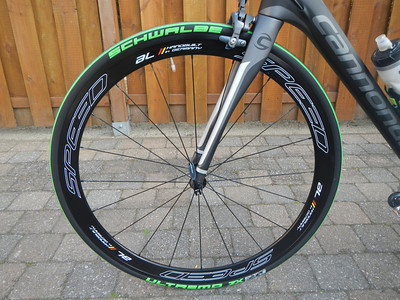 "Velgen: VELTEC Wheels ""Speed AL"" Naven: Veltec 818 RS, industriegelagert, 11s kompatibel Velgen: Veltec Speed Al, Aluminium, 20mm breed, 42mm hoog Spaken: 20/24 x Sapim CX-Sprint Aerospaak Nippel: Aluminium, zwart Gewicht: ca. 1730g (VR 790g, HR 940g)  Banden: Schwalbe Ultremo ZX Maat: 23-622 (700x23C)  Uitvoering: V-Guard RaceStar  Kleur: Green Stripes Gewicht: 195g Bandenspanning: 6.00 - 10.00 Bar Ultremo ZX is er ook in een pure wedstrijduitvoering, zonder anti-leklaag.  Alternatieve comfort banden Banden: Vittoria Open Pavé CG Maat: 25-622 (700x25C) ook verkrijgbaar in 27-622 (700x27C) 280g Kleur: Green Stripes Gewicht: 240g Bandenspanning: 6.00 - 9.00 Bar Proven year after year on the notorious roads of classic races like Paris–Roubaix and the Tour of Flanders, Pavé CG is likely the world's strongest racing open tubular. Instantly recognizable by its traditional green tread, now better than ever with our unique 320 TPI casing, and still, naturally, handmade. Rugged Cotton Tires open tubular holds your speed on the toughest parcours Grip that never lets go, even on greasy cobbles Preferred by most competitors in early-season pro races"