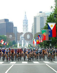 Women's peloton rides toward finish line in downtown Philadelphia Liberty Classic, June 8, 2008