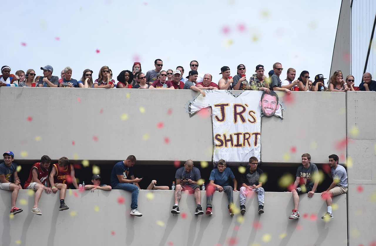 KRISTIN BAUER | GAZETTE Fans hung a sign from the top of the parking garage on Huron poking fun on J.R. Smith's lack of shirt during a parade celebrating the Cleveland Cavaliers' NBA Championship win.