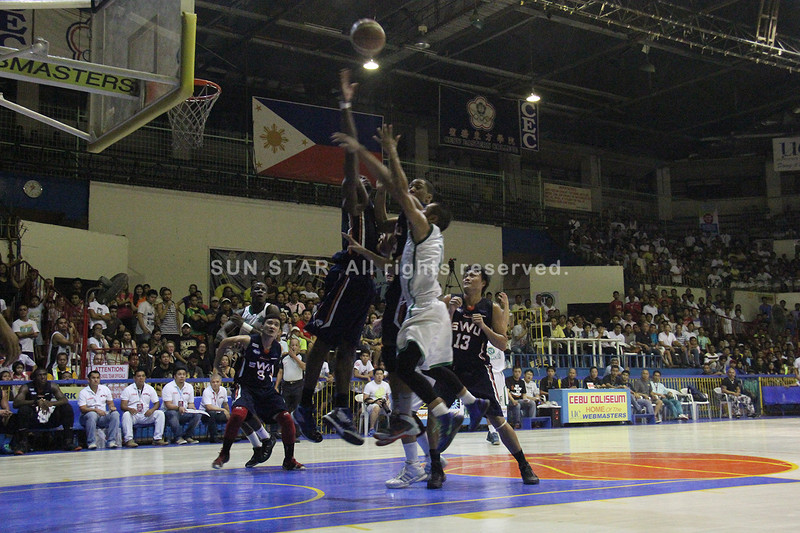 John Abad of UV Lancers shoots a floater against two defenders. (Jonathan Vincent Tan/Sunnex)