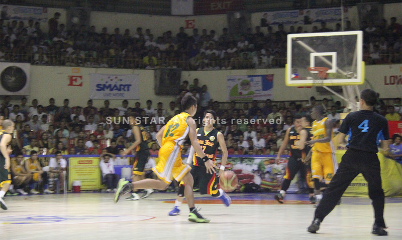 Victor Manuel Rabat of USC Warriors dribbles the ball. (Jonathan Vincent Tan/Sunnex)