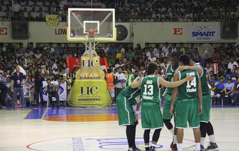 Players of UV Green Lancers huddles before the start of the game. (Jonathan Vincent Tan/Sunnex)