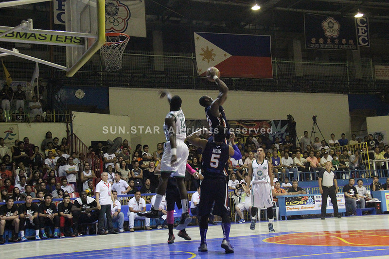 Landry Sanjo of SWU Cobras grabs the rebound. (Jonathan Vincent Tan/Sunnex)