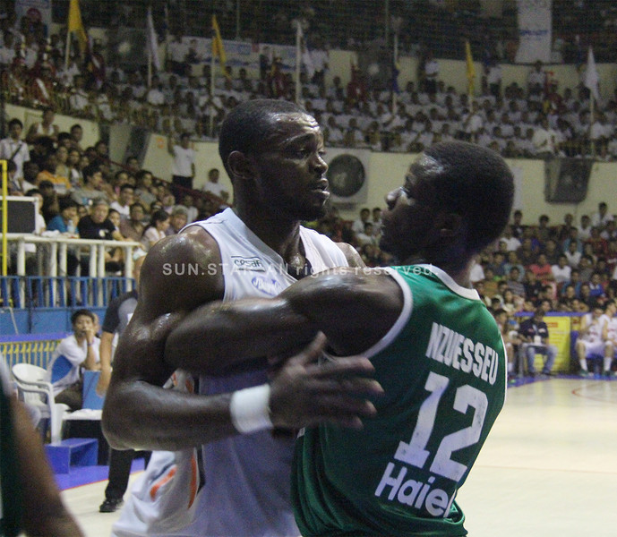 Mike Harry Nzeusseu of UV Lancers defends Landy Sanjo of SWU Cobras (Jonathan Vincent Tan/Sunnex)