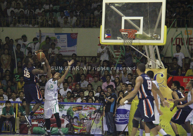 Landry Sanjo of SWU Cobras attempts to shoot against Wowie Escosio of UV Lancers. (Jonathan Vincent Tan/Sunnex)