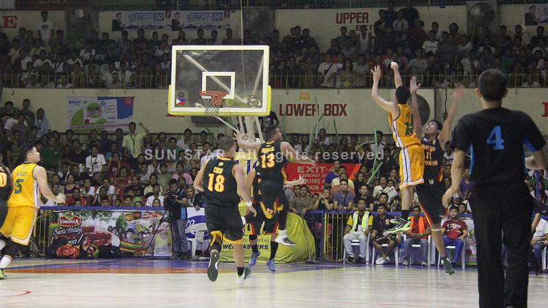Miguel Plata of USC Warriors attempts a three pointer in a bid to win the game. (Jonathan Vincent Tan/Sunnex)