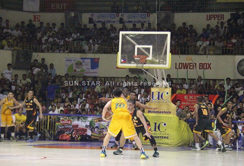 Kiefer Lim of USC Warriors surveys the court in a bid to pass the ball to a team mate. (Jonathan Vincent Tan/Sunnex)