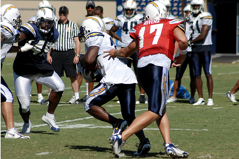 Philip Rivers hands off to Michael Turner.