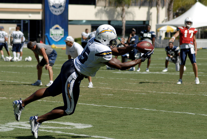 Antonio Gates leans to catch a Philip Rivers pass.