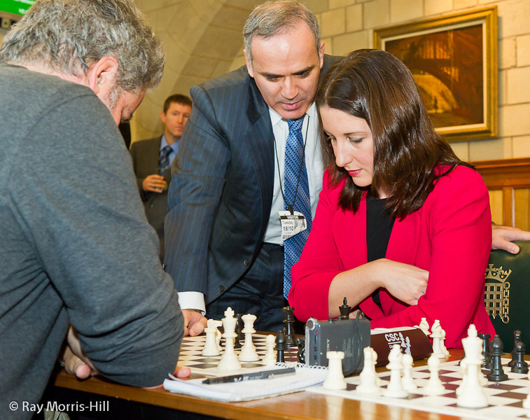 8827 - Rachel Reeves MP gets some advice from Garry Kasparov in her match against Stephen Moss of the Guardian