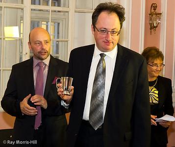Boris Gelfand, flanked by Geoffrey Borg and Carol Jarecki.