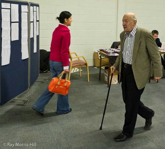The legendary Viktor Korchnoi in search of some simultaneous victims