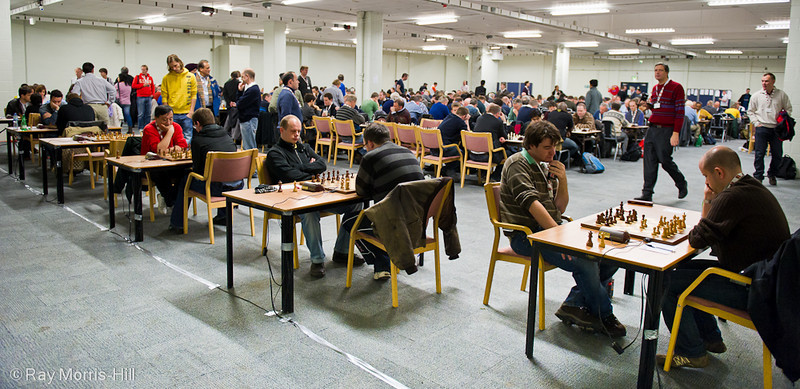 Round 4:  The playing hall fills up as the weekend players join the FIDE Open participants
