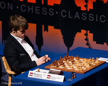 Carlsen plays with Anand's pawn in Round 8