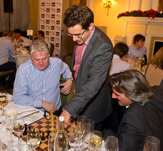 Levon Aronian challenges Daniel King's table at Simpson's-in-the-Strand
