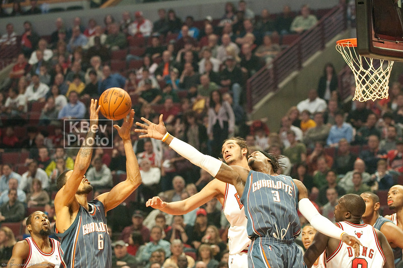 Tyson Chandler snags a rebound from Wallace and Noah