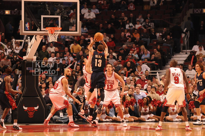 Delonte West shooting over Hinrich (who seemed to be watching everyone shoot over him)