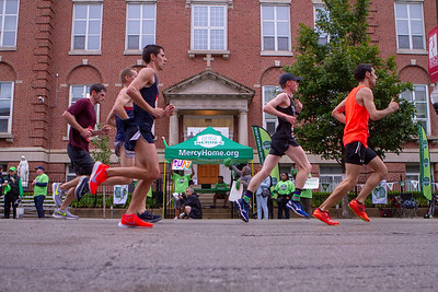 Mercy Heroes run past the Mercy Home for Boys and Girls on the Mercy Mile during the 2018 Bank of America Chicago Marathon on Jackson Boulevard on Sunday, October 7, 2018 in Chicago. Photo by Jose More for Mercy Home