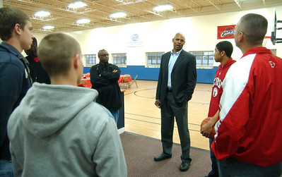 Clark Kellogg talks with members of EHS basketball team at a fundraiser at the Boys and Girls Club of Elyria Oct. 15.   from left, Brett Larrick, coach, Anthony Horton, Clark Kellogg, John Cooper, Zack Tanner and Josh Brubaker.    Steve Manheim/CT
