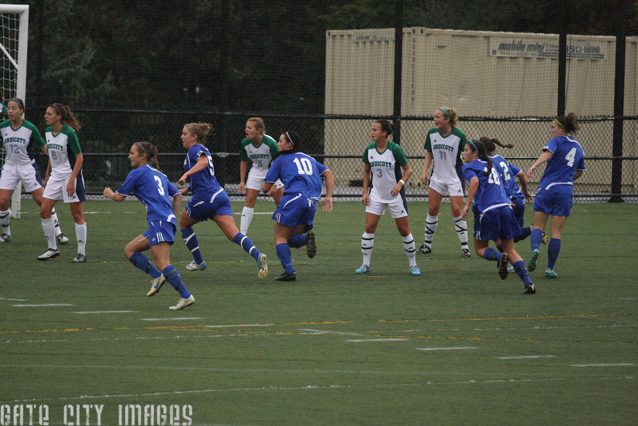 IMG4_33816 corner kick UNE Soccer