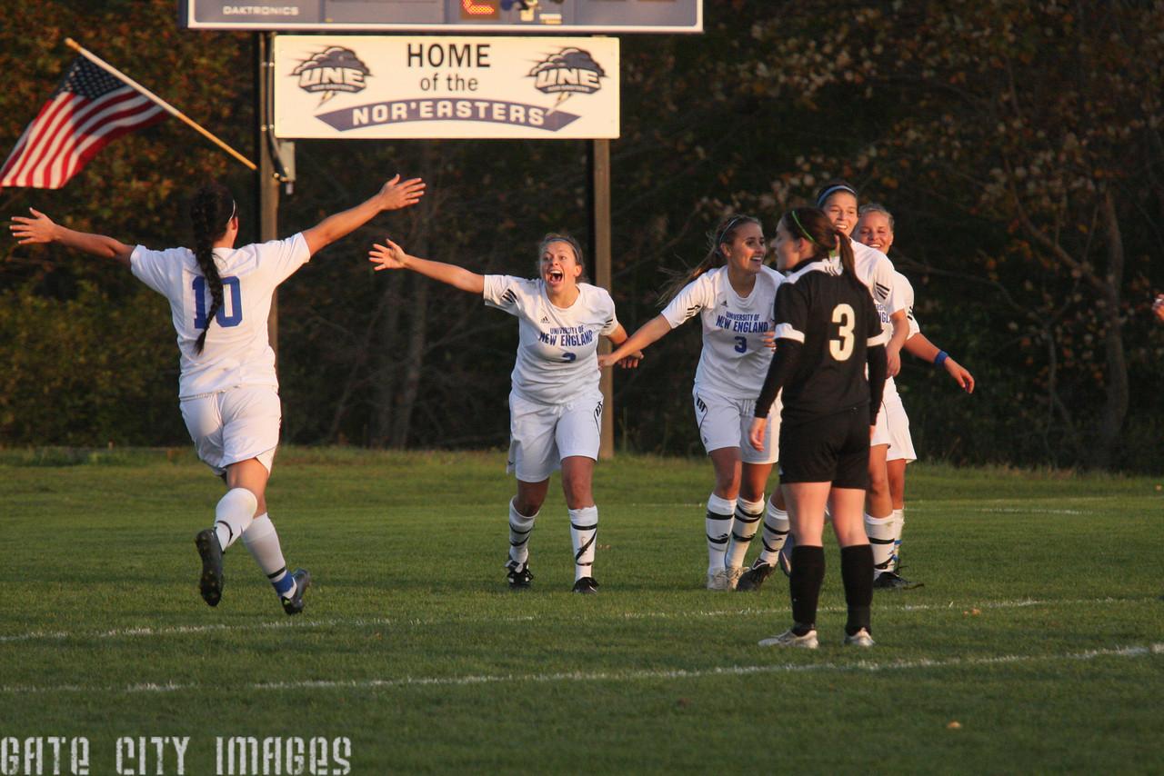 IMG4_34711 Ellie goal seq UNE Soccer