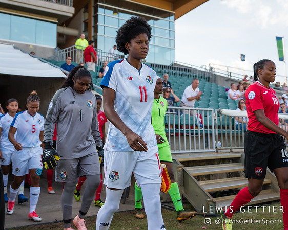 Panama goalkeeper Yenith Bailey (1) and Panama forward Natalia Mills (11)