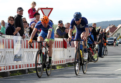 Simon Laib (Radteam Herrmann) wird im Spurt Vierter vor Hannes Baumgarten (RSV Irschenberg)