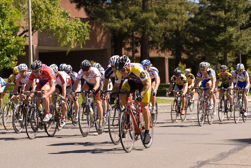 John Simmons (Garden City Cyclists / Shaws' Lightweight cycles) lights up the race in the final laps.