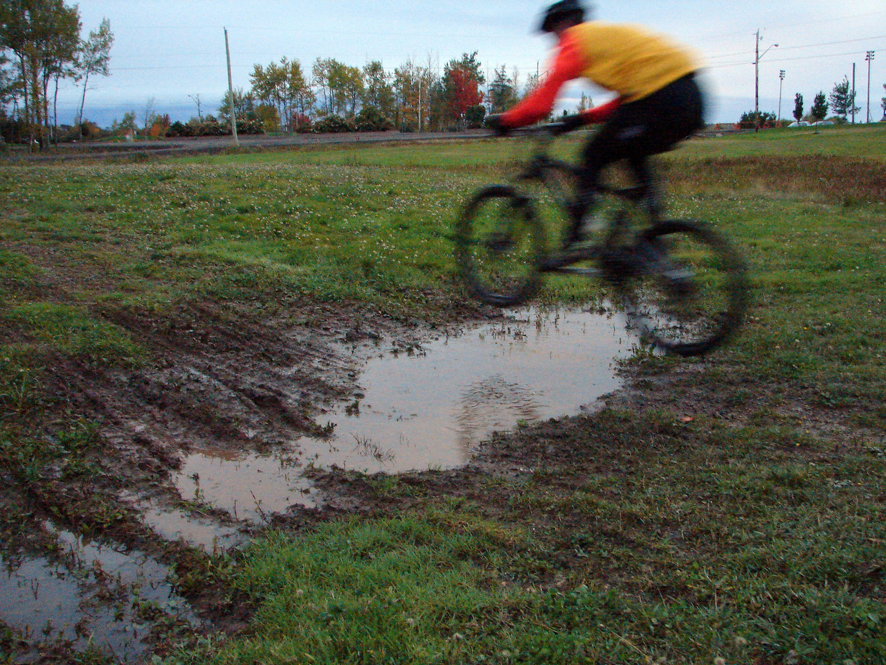 How can you tell the difference between road bikers and mountain bikers? Put a puddle in front of them. Nice jump Luc.