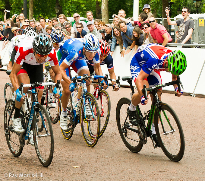 Mark Cavendish (right) sprints for the line