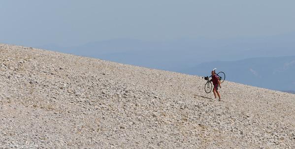 Seul sur le pierrier du Mont Ventoux lors de l'Etape du Tour de France 2009