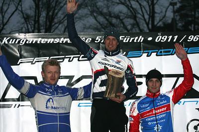 Das Podium mit Sieger Peter Presslauer (Team Vorarlberg-Corratec), Christopher Maletz (White Rock) und Thomas Lechermann (Team Baier Landshut).